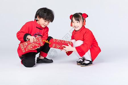 新年儿童放鞭炮图片