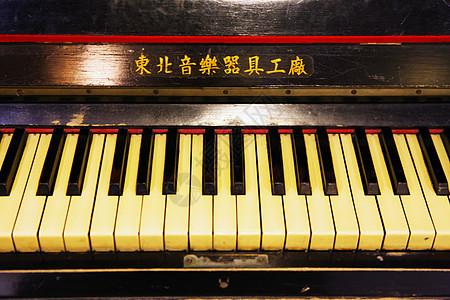 怀旧的老式钢琴图片