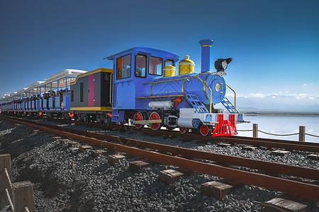 茶卡盐湖上的蓝色火车图片