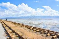 青海省海西蒙古族藏族自治州茶卡盐湖小火车铁轨图片