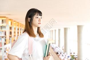 图书馆学习的女生图片
