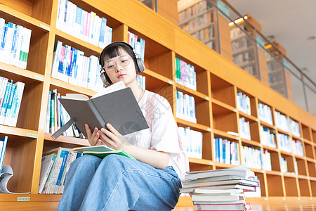 头戴耳机看书的女生图片