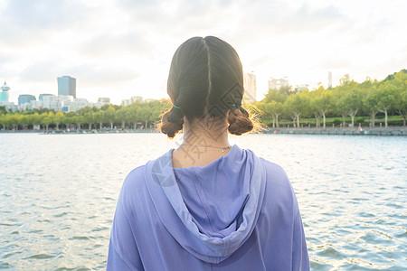 湖边少女背影图片