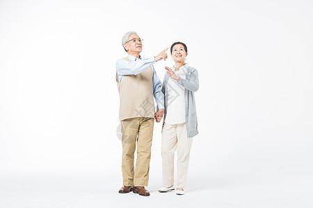 幸福的老年夫妻牵手散步图片