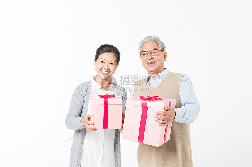 幸福的老年夫妻手拿礼盒图片