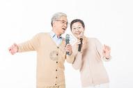 幸福的老年夫妻唱歌图片