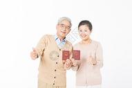 恩爱的老年夫妻手拿结婚证图片