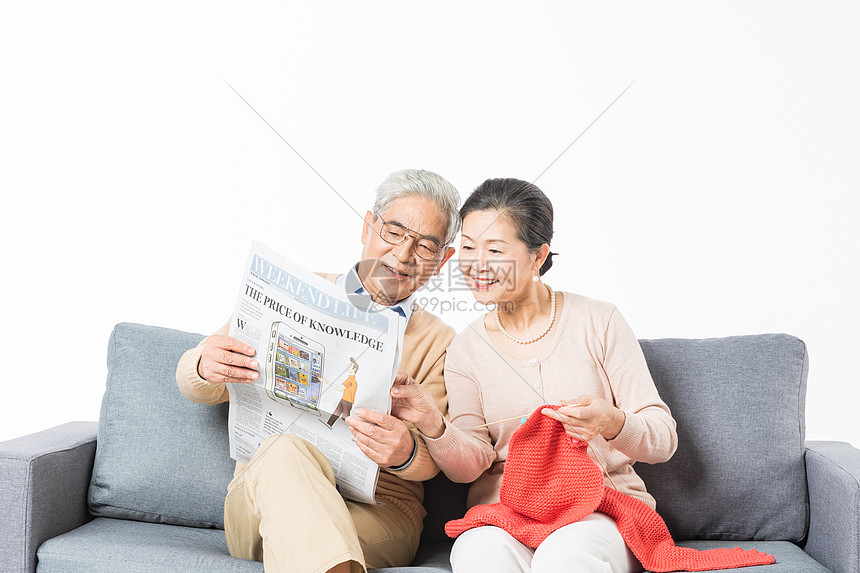 沙发上恩爱的老年夫妻图片