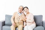 沙发上老年夫妻打电话图片