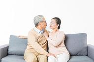 沙发上幸福的老年夫妻图片