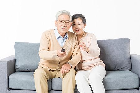 沙发上老年夫妻看电视图片