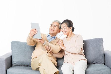 老年夫妻用平板电脑视频通话图片