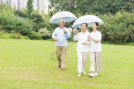 幸福一家人雨天散步图片