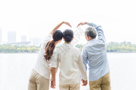 湖边幸福的一家人图片