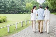 幸福一家人公园散步图片