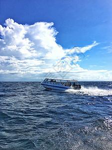 马来西亚海域飞驰的快艇图片