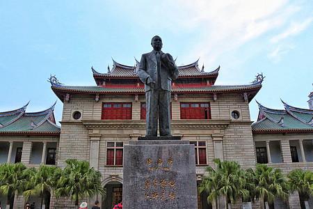 傍晚时分的厦门大学陈嘉庚纪念堂图片