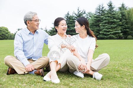 草地上幸福一家人聊天图片