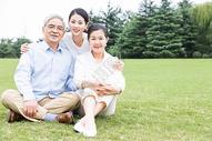 草地上幸福依靠的一家人图片