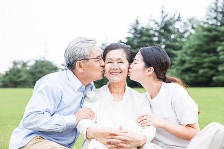 草地上幸福的一家人图片