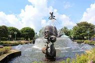 夏日白云下的香港迪士尼喷泉图片