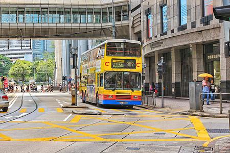 香港街道上色彩鲜明的双层大巴图片