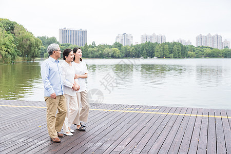 公园老年夫妻和女儿散步图片