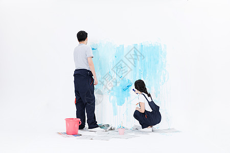 年轻夫妻刷墙装修图片