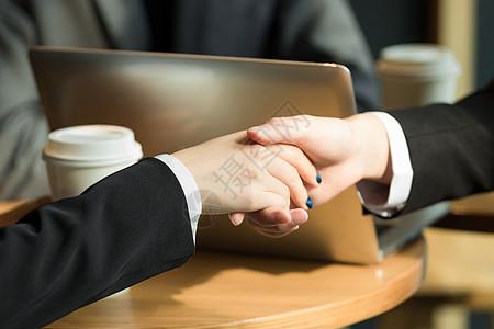 商务人士在咖啡厅合作握手图片