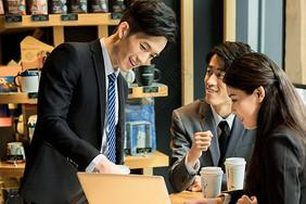 白领在咖啡厅商务合作图片