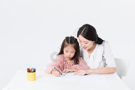 妈妈陪孩子学习画画图片