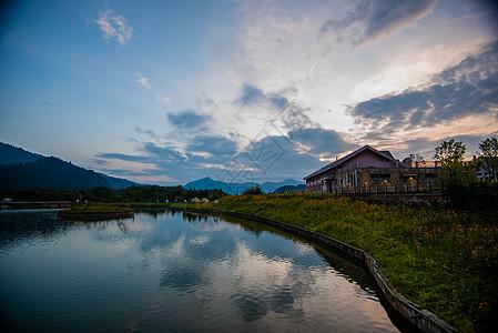 西岭雪山映雪湖图片