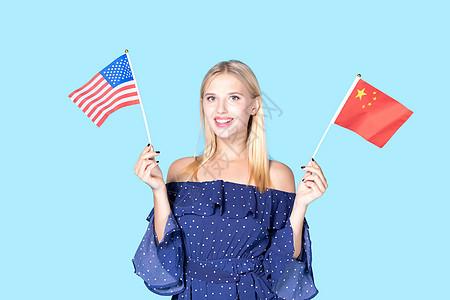 外国美女手拿中国美国国旗图片