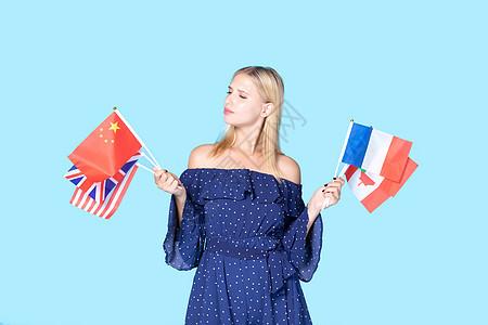 外国拿国旗思考图片