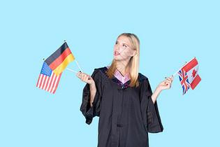 留学生手拿国旗思考图片