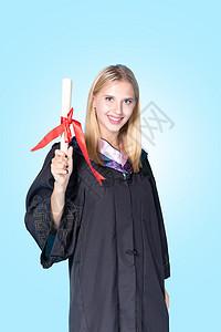 手拿奖状的外国留学生图片