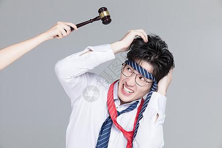 压力大被指责的男性白领图片