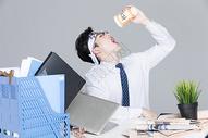 工作压力大疲惫不堪的男青年图片