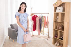 女性购物消费图片