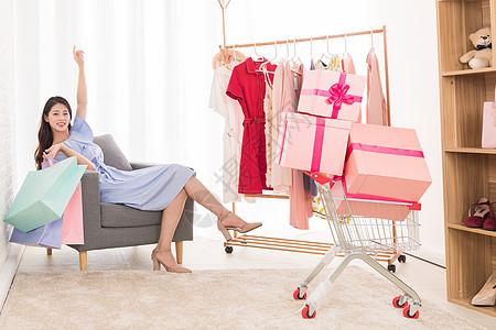 女性购物消费买衣服图片