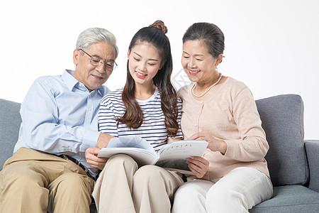 女儿陪父母看书图片