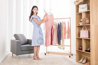 购物女性买衣服图片