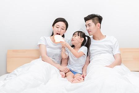一家人躺在床上吃早餐图片