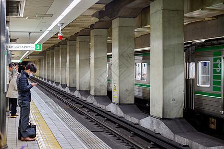 日本等候地铁图片