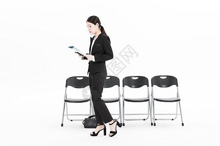 等待面试的女性白领图片