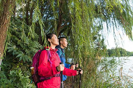 户外远足情侣河边看风景图片