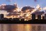 夕阳下的城市风景图片