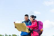 户外远足情侣看地图501060862图片