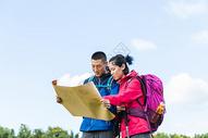 户外远足情侣看地图501060863图片