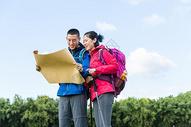 户外远足情侣看地图501060864图片